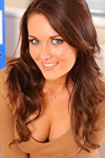 Desktop hintergrundbilder Zoe Alexandra Braunhaarige Haar Starren Lächeln Schön Dekolletee Mädchens