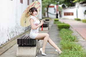 Fotos & Bilder Asiatische Sitzend Bank (Möbel) Kleid Bein Schön Regenschirm Bokeh Mädchens