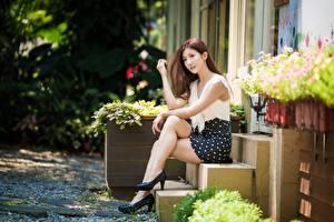 Bilder Asiatisches Treppen Sitzend Bein Schöner Pose Braune Haare Mädchens