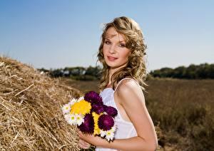 Photo Bouquets Straw Dark Blonde Staring female
