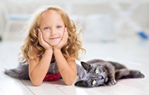 Hintergrundbilder Hauskatze Zwei Kleine Mädchen Blick Hand Liegen Kinder