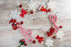 Hintergrundbilder Neujahr Beere Dauerlutscher Bretter Schneeflocken Kugeln Mütze