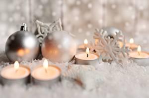 Fotos Neujahr Kerzen Flamme Schneeflocken Kugeln Unscharfer Hintergrund