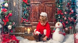 Hintergrundbilder Neujahr Kerzen Kleine Mädchen Schneemänner Kugeln Schnee Sitzt Schleife kind