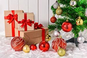 Fotos Neujahr Tannenbaum Kugeln Geschenke Schleife Schachtel