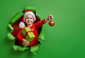Hintergrundbilder Neujahr Farbigen hintergrund Kleine Mädchen Lächeln Mütze Kugeln Geschenke Hand kind