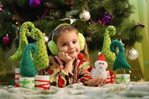 Bilder Neujahr Feiertage Kleine Mädchen Starren Schneemänner Lächeln Kopfhörer Kinder