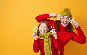 Fotos Neujahr Mutter Farbigen hintergrund Zwei Kleine Mädchen Schneeflocken Lachen Hand Sweatshirt Schal Glücklich kind Mädchens