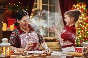 Fotos Neujahr Mutter Mehl Kekse Kleine Mädchen Küchenchef Glückliches kind