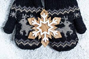 Bilder Neujahr 2 Schneeflocken Fausthandschuhe