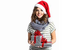Hintergrundbilder Neujahr Weißer hintergrund Braune Haare Starren Lächeln Mütze Geschenke Mädchens