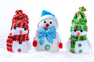 Hintergrundbilder Neujahr Weißer hintergrund Schneemänner Drei 3 Mütze Schal