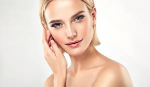Bilder Finger Weißer hintergrund Blondine Gesicht Blick junge Frauen