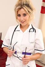 Hintergrundbilder Frankie Babe Krankenschwester Uniform Blond Mädchen Starren Hand Brille Süßer junge Frauen