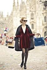 Fotos Brille Kleid Bein Hand Kauften Tüte junge frau