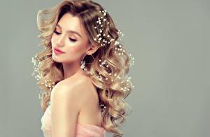 Hintergrundbilder Lockige Grauer Hintergrund Blond Mädchen Frisuren Schönes Junge frau Mädchens