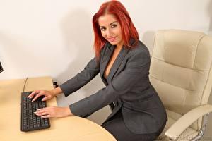 Hintergrundbilder Harley Geck Tastatur Sekretärinen Sessel Rotschopf Starren Lächeln Sitzend Hand Anzug junge frau