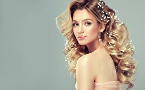 Hintergrundbilder Schmuck Grauer Hintergrund Blond Mädchen Blick Haar Schön Frisur junge Frauen