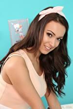 Hintergrundbilder Lauren Louise Braunhaarige Schleife Blick Lächeln Frisur junge Frauen