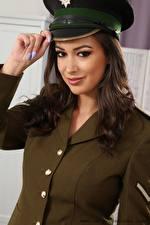 Fotos Lauren Louise Hand Maniküre Der Hut Starren Braunhaarige Uniform junge Frauen
