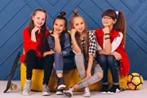 Hintergrundbilder Kleine Mädchen Sitzt Blick Jeans Vier 4 kind