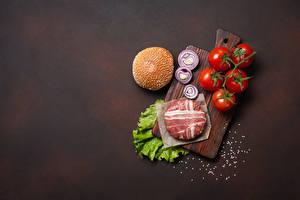 Hintergrundbilder Fleischwaren Tomaten Zwiebel Fleischbällchen Schinkenspeck Burger Schneidebrett Salz