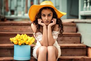 Fotos Sitzt Model Der Hut Hand Pose Starren Treppe Natia Gachava Mädchens
