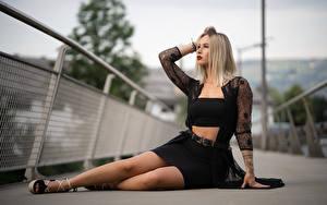 Fotos Posiert Sitzend Bein Bokeh Blond Mädchen Rock junge frau