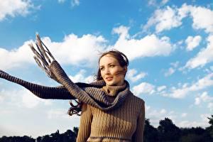 Hintergrundbilder Himmel Braunhaarige Schal Sweatshirt Wind junge frau