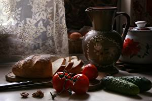 Bureaubladachtergronden Stilleven Komkommers Tomaten Brood Het mes Kruiken Gesneden voedsel Voedsel