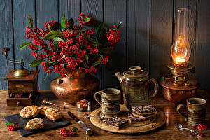 Hintergrundbilder Stillleben Petroleumlampe Vogelbeeren Backware Messer Bretter Vase Becher Löffel das Essen