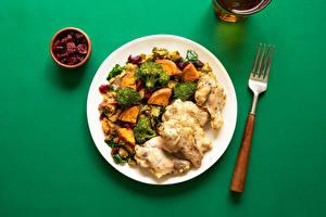 Bilder Die zweite Gerichten Fleischwaren Brokkoli Farbigen hintergrund Teller Essgabel Lebensmittel