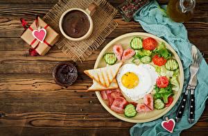 Bureaubladachtergronden Valentijnsdag Brood Koffie Confituur Komkommers Tomaten Spiegelei Ontbijt Hartje spijs