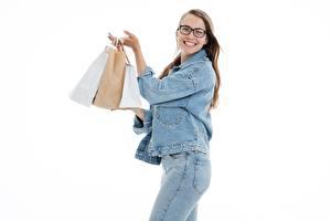 Bilder Weißer hintergrund Braune Haare Blick Brille Lächeln Jacke Jeans Kauften Tüte junge frau