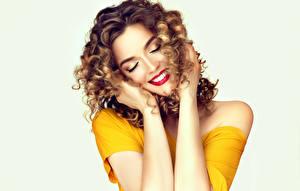 Hintergrundbilder Weißer hintergrund Braune Haare Rote Lippen Hand Lächeln Frisuren junge Frauen