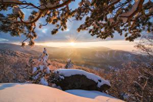 Papel de Parede Desktop Invierno Pedra Ocaso Fotografia de paisagem Neve Galho Raios de luz Naturaleza