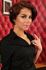 Fotos Zoey King Braune Haare Blick Hand Frisuren junge frau