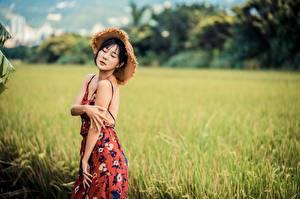 Hintergrundbilder Asiatische Unscharfer Hintergrund Posiert Hand Kleid Der Hut junge Frauen
