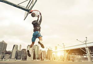 Bureaubladachtergronden Basketbal Een man Springend Een bal atletisch