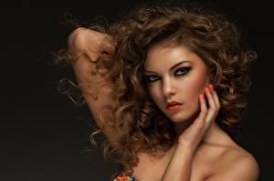 Fotos Schwarzer Hintergrund Hand Braune Haare Schminke Gesicht Starren Niedlich Schöne Haar Frisuren junge frau