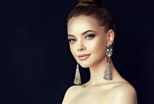 Hintergrundbilder Schwarzer Hintergrund Model Ohrring Schminke Gesicht Starren Mädchens