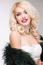 Bilder Blondine Starren Lächeln Frisuren junge frau