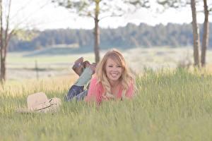 Bilder Blondine Gras Liegen Der Hut Bokeh Lächeln junge Frauen