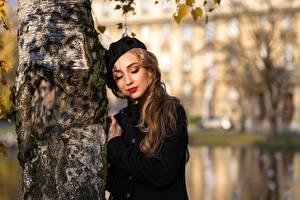 Fotos Unscharfer Hintergrund Baumstamm Mantel Braune Haare Niedlich Birken Junge frau Mädchens