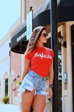 Hintergrundbilder Braunhaarige Brille T-Shirt Shorts Hand junge frau