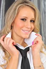 Bilder Candice Collyer Blond Mädchen Blick Lächeln Krawatte Hand Maniküre Mädchens