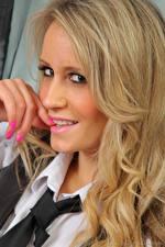 Bilder Candice Collyer Finger Blondine Haar Starren Krawatte Maniküre Gesicht junge frau