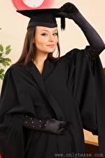 Fotos Carla Brown Braune Haare Der Hut Starren Hand Handschuh junge frau