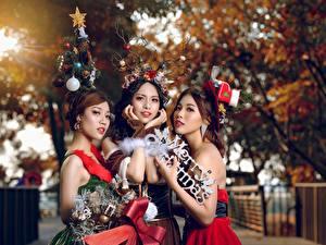 Desktop hintergrundbilder Neujahr Asiatische Braunhaarige Drei 3 Bokeh Mädchens
