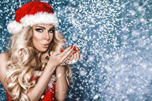 Fotos Neujahr Blondine Mütze Haar Hand Blick Maniküre Schneeflocken junge frau